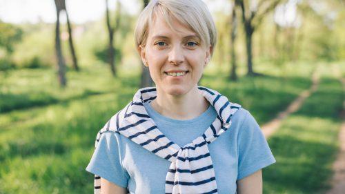 Junge Frau geht im Wald spazieren - Klinische Forschung Novartis