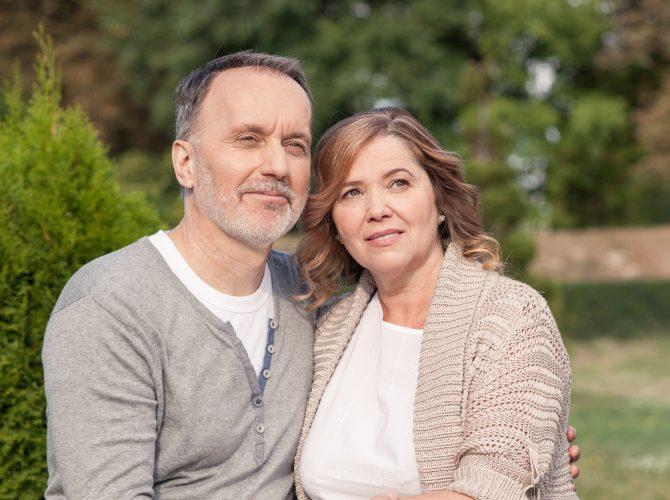 Ehepaar mittleren Alters sitzt im Garten - EMPADINE - Klinische Forschung Novartis