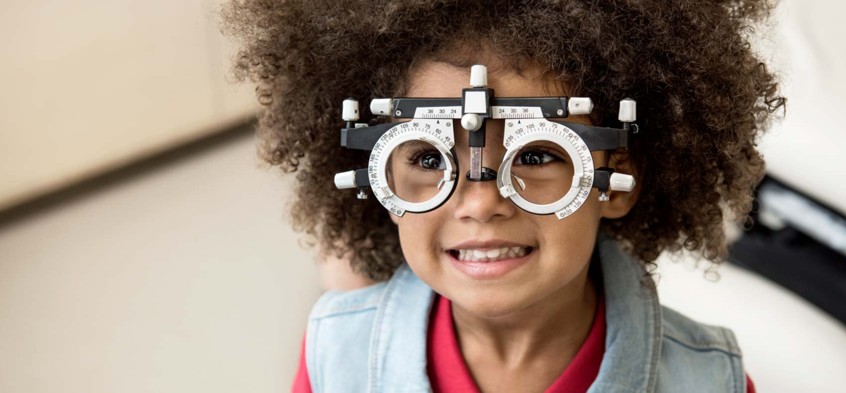 Patient beim Testen der Augen - Klinische Forschung Novartis